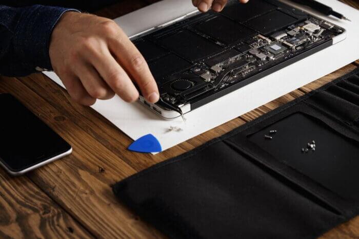 Розбирання ноутбуку перед чисткою.